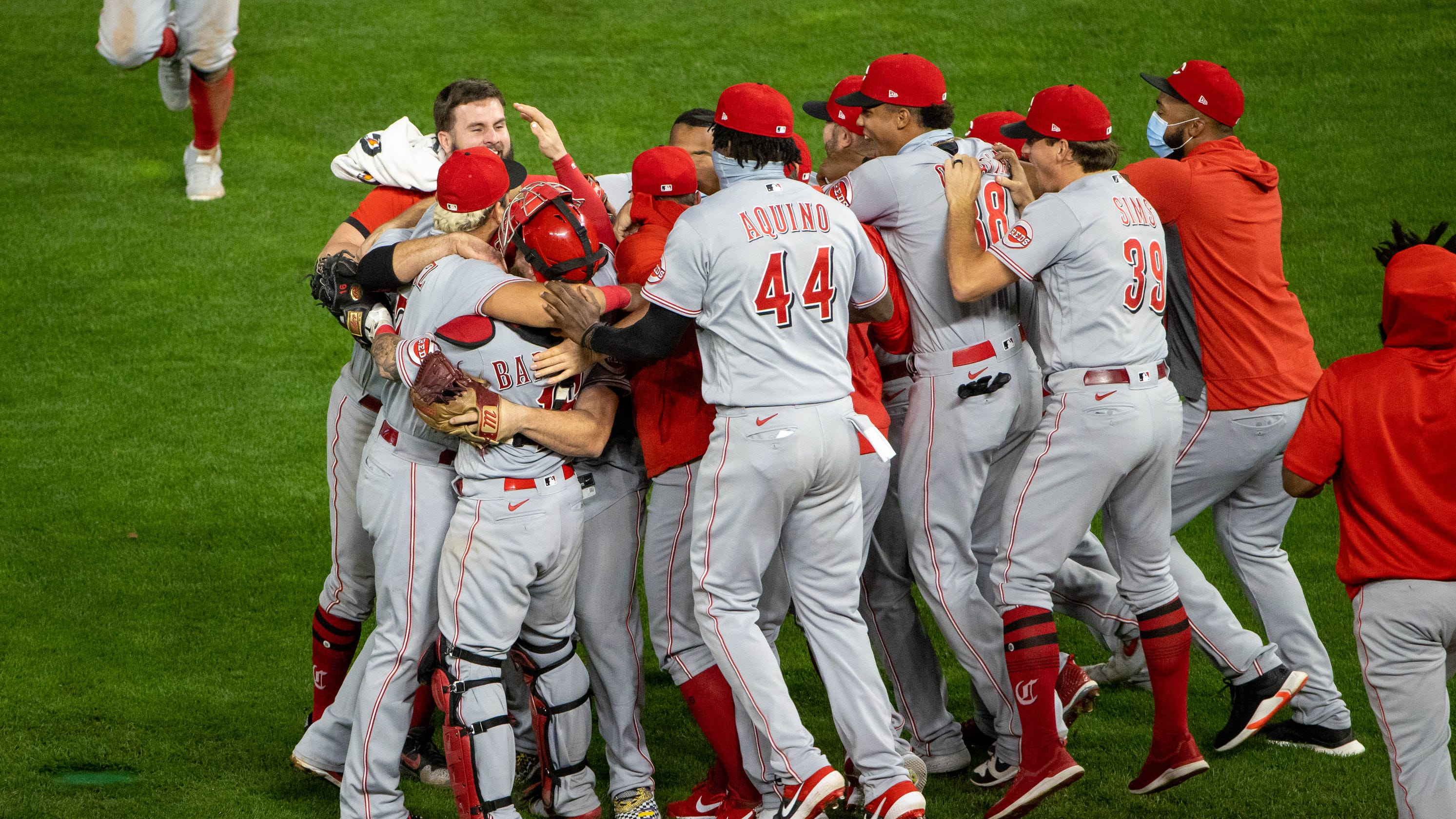 Cincinnati Reds beat Twins, clinch first postseason berth since 2013