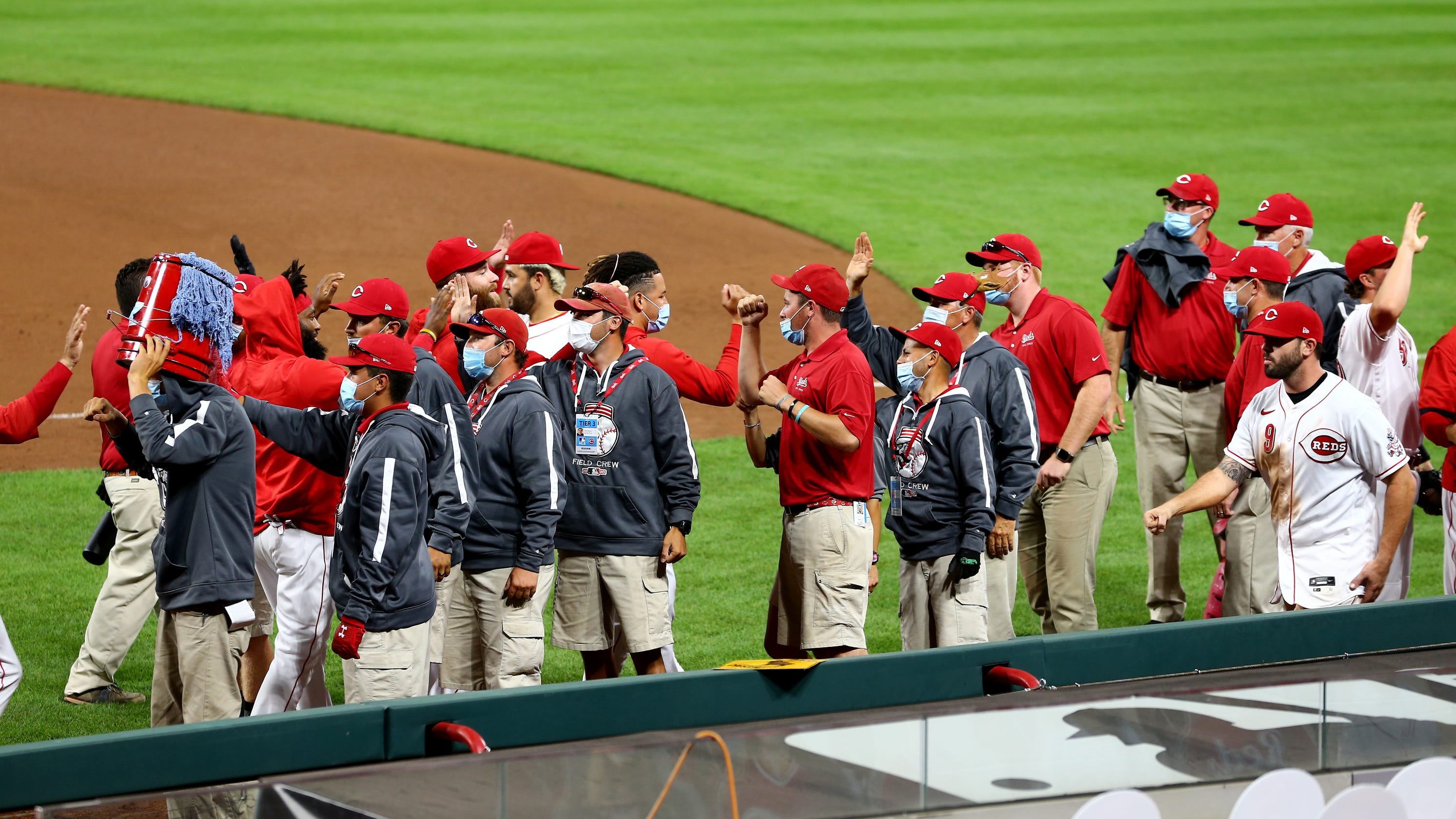 Cincinnati Reds players thank grounds crew after final home game