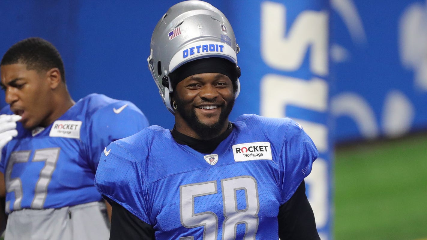 Detroit Lions LB Jamie Collins ejected after touching referee with helmet