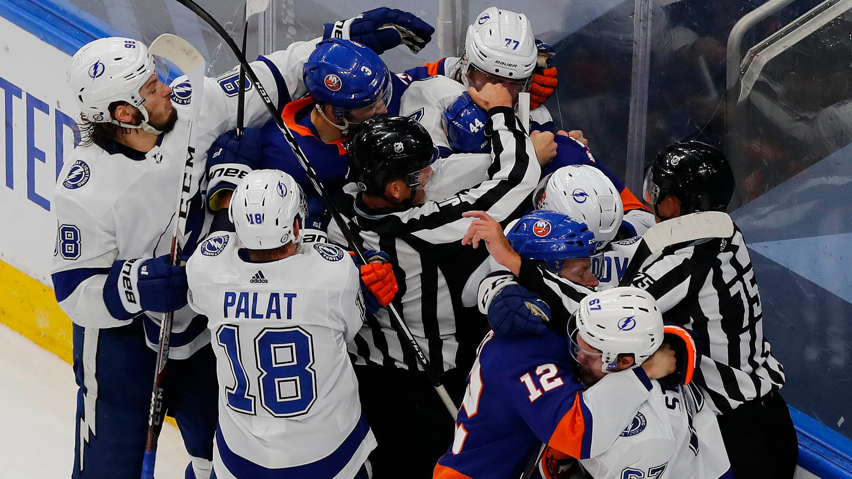 Islanders, Lightning get rough near end of New York win